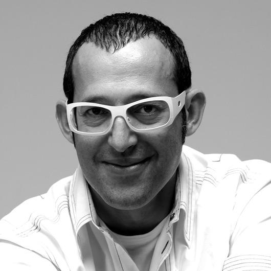 Karim Rashid ist Sohn ägyptisch-englischer Eltern und wuchs in Kanada auf. Er studierte Industriedesign an der Carleton University in Ottawa. - 112
